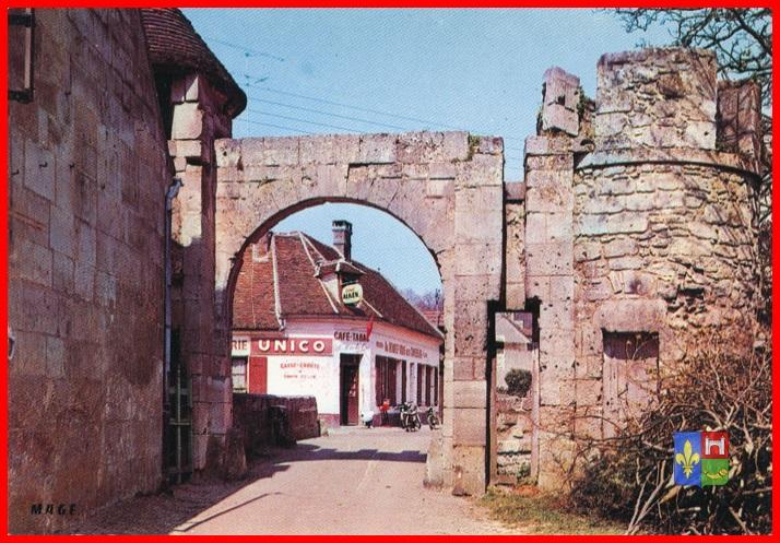 gauche  La maison Madame Leroy, plus cette enseigne deviendra l  ~ Restaurant Saint Jean Au Bois